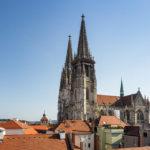 Blick auf den Regensburger Dom St. Peter von der Aussichtsterrasse im Einkaufszentrum Galeria Kaufhof am Neupfarrplatz