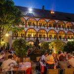 Abendstimmung im Biergarten im Hotel Bischofshof am Dom in Regensburg