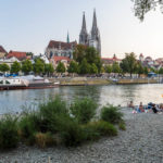 Die Jahninsel in Regensburg mit Blick auf die Altstadt mit dem Dom St. Peter