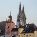 Blick von der Steinernen Brücke in Regensburg auf den Brückturm und den Dom St. Peter