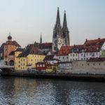 Die Steinerne Brücke in Regensburg mit Blick in Richtung Altstadt