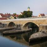 Die Steinerne Brücke in Regensburg mit Blick in Richtung des Stadtteils Stadtamhof