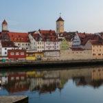 Blick von der Steinernen Brücke in Regensburg in Richtung Altstadt