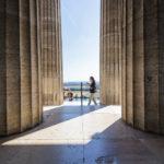 Rund um die Gedenkstätte Walhalla stehen mächtige Marmorsäulen
