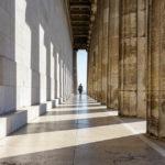 In der Nachmittagssonne werfen die Marmorsäulen interessante Schatten rund um die Gedenkstätte Walhalla