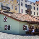 Das Gebäude der Wurstkuchl in Regensburg stammt noch aus dem 17. Jahrhundert
