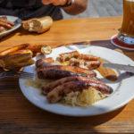 Die Bratwürste der Wurstkuchl schmecken am besten mit Sauerkraut und einer Brezn