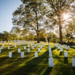 Von der Sonne beleuchtete Grabsteine auf dem Arlington National Cemetery