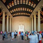 Besucher im Inneren des Lincoln Memorial