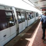 Ein Zug der Washington Metro in der Station Ronald Reagan Washington National Airport
