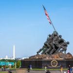 Das United States Marine Corps War Memorial, dahinter die Innenstadt von Washington