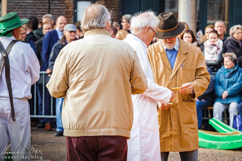 Käsemarkt Alkmaar: Händler und Käufer prüfen den Käse