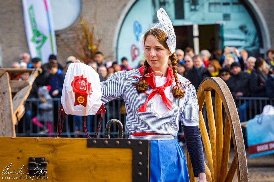 Käsemarkt Alkmaar: Frau Antje verkauft Kostproben