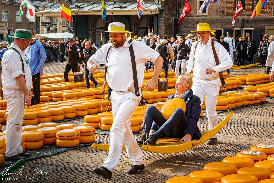 Käsemarkt Alkmaar: André van Duin und Käseträger