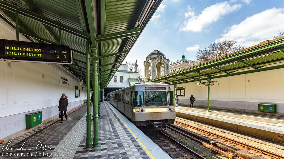 U4 in der U-Bahn-Station Stadtpark von Otto Wagner