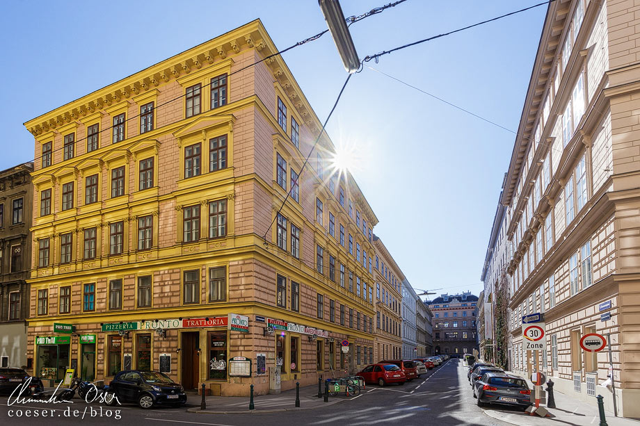 Mietshäuser in der Harmoniegasse und das Harmonietheater von Otto Wagner