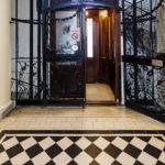 Aufzug und Stiegenhaus im Mietshaus Rathausstraße 3 von Otto Wagner in Wien