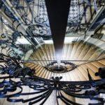 Spiegelung des Stiegenhauses im Mietshaus Rathausstraße 3 von Otto Wagner in Wien