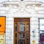 Das Eingangsportal Garnisongasse 1 des Wohn- und Geschäftshauses Universitätsstraße 12 (Hosenträgerhaus) von Otto Wagner