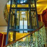 Aufzug und Stiegenhaus im Wohn- und Geschäftshauses Universitätsstraße 12 (Hosenträgerhaus) von Otto Wagner