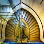 Spiegelung des Stiegenhauses im Wohn- und Geschäftshauses Universitätsstraße 12 (Hosenträgerhaus) von Otto Wagner