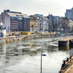 Das Schützenhaus am Donaukanal (links) und der verbleibende Betonsockel (rechts) sind die Reste der ehemaligen Wehranlage von Otto Wagner