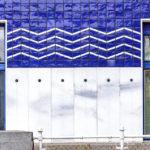 Blau-weiße Keramikfliesen an der Fassade des Schützenhauses von Otto Wagner am Donaukanal