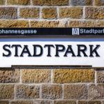 Historisches Stationsschild Stadtpark (U4) mit erweiterter Fahrgastinformation
