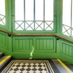 Architektur der Treppe zum Bahnsteig in der Station Stadtpark (U4) von Otto Wagner