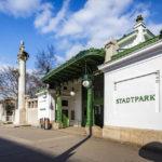 Außenansicht der Station Stadtpark (U4) von Otto Wagner, links daneben das von Friedrich Ohmann entworfene Wienfluss-Portal