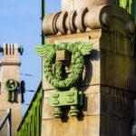 Lorbeerkränze aus Zinkguss auf der grünen Brücke über die Zeile (Wientalbrücke) von Otto Wagner