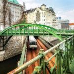 Ein Zug der Linie U4 unterquert auf der Zollamtsbrücke den Zollamtssteg für Fußgänger