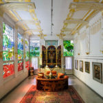Der Adolf-Böhm-Saal ist nach Wagners Freund Adolf Böhm benannt, der die Tiffany-Glasfenster im Jugendstil gestaltete