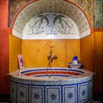 Das Römische Bad in der Villa Wagner I stammt von Ernst Fuchs, das Paradiesvogelmosaik von Koloman Moser