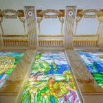 Die Tiffany-Glasfenster von Adolf Böhm und die typischen Dekorationen Wagners machen den Adolf-Böhm-Saal zu einem Jugendstiljuwel
