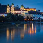 Der beleuchtete Dom St. Stephan in Passau während der blauen Stunde