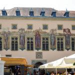 Wandbilder an der Fassade des Alten Rathauses in Passau