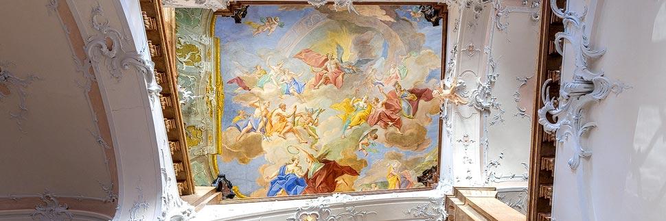 Treppenhaus und Deckenfresko in der Residenz Passau