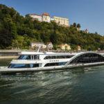 Das Kristallschiff auf der Donau vor der Veste Oberhaus in Passau