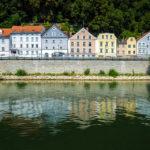 Bunte Häuserzeile während einer Schiffsrundfahrt in Passau