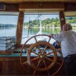 Der Kapitän während einer Schiffsrundfahrt in Passau