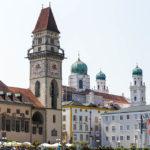 Altes Rathaus und Dom St. Stephan in der Altstadt von Passau, gesehen während einer Schiffsrundfahrt