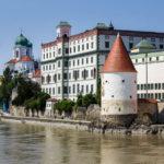 Altstadt von Passau und Schaiblingsturm, gesehen während einer Schiffsrundfahrt