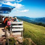Die Aussichtsterrasse im Almreserlhaus auf dem Schneeberg bei Losenheim