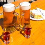 Bier, Schnaps und eine Cremeschnitte in der Edelweißhütte auf dem Schneeberg bei Losenheim