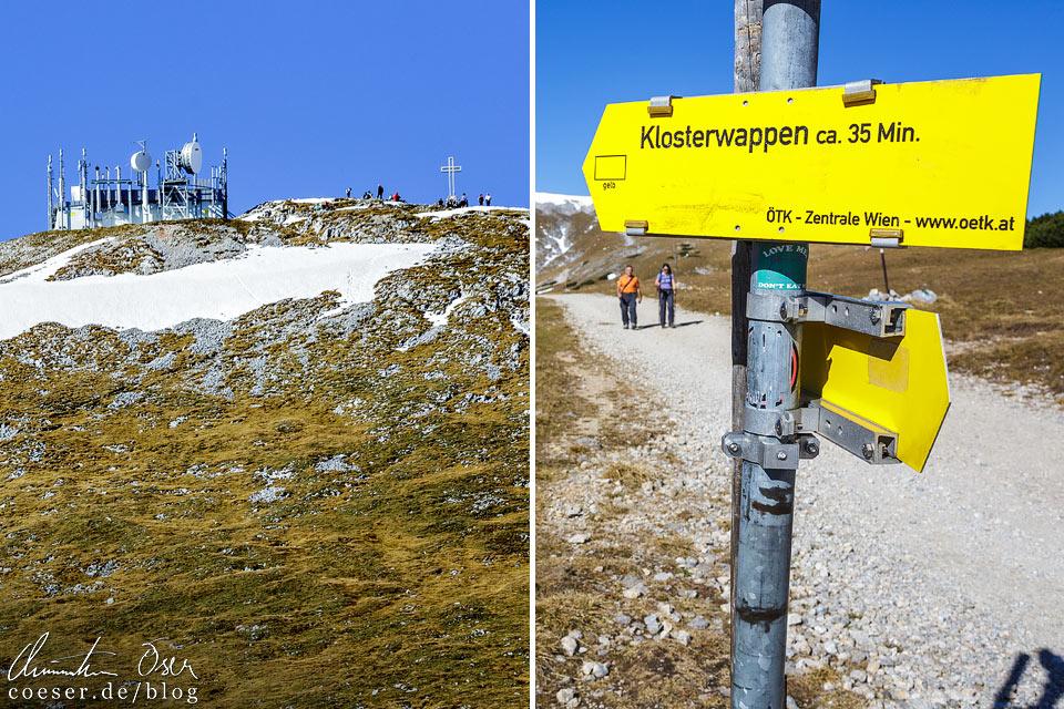 Wegweiser zum Gipfelkreuz Klosterwappen auf dem Schneeberg