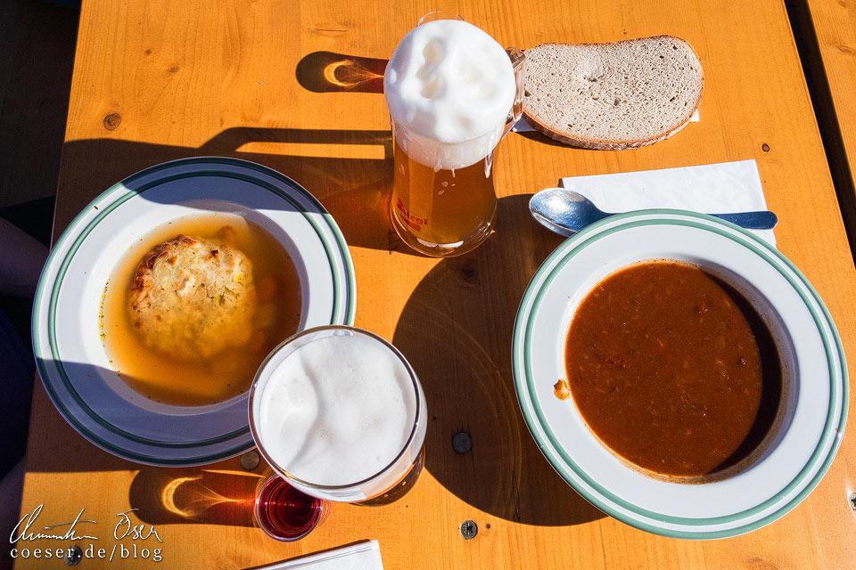 Essen und Trinken in der Fischerhütte auf dem Schneeberg