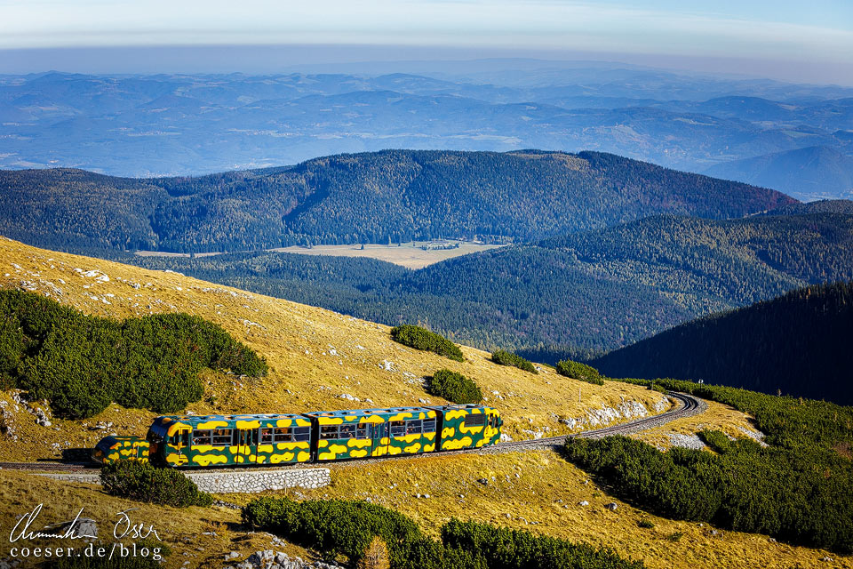 Salamanderzug der Schneebergbahn mit umliegender Bergwelt