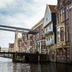 Blick während einer Grachtenfahrt in Alkmaar auf das Huis Met de Kogel