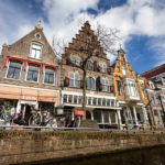 Blick während einer Grachtenfahrt in Alkmaar auf typisch niederländische Häuser